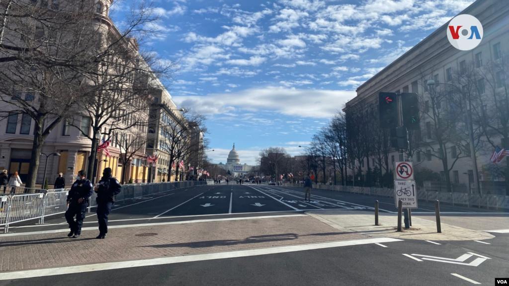 El Capitolio de Estados Unidos en el fondo, y una de las calles principales con vallas y seguridad. Domingo 17 de enero de 2021. [Foto: Celia Mendoza]