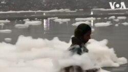 Bọt trắng độc hại phủ đầy sông Ấn Độ