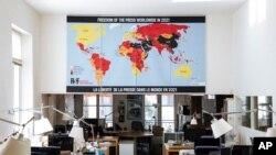 Reporteros Sin Fronteras presenta el mapa sobre la libertad de prensa en el mundo en 2021 en su sede en París, Francia, el 20 de abril de 2021.
