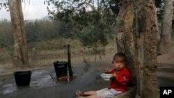 ကခ်င္ျပည္နယ္ လို္င္ဇာၿမိဳ႕အနီးက ကခ်င္စစ္ေျပးဒုကၡသည္စခန္းတြင္းက ကေလးငယ္ ( ဇန္နဝါရီ ၄၊ ၂၀၁၃)။