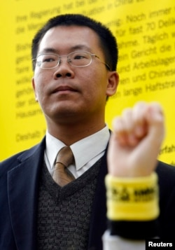 人权活动人士滕彪在柏林参加国际特赦组织的示威,要求中国改善人权(2007年12月7日)