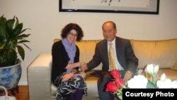 Tân Tổng Lãnh sự Mỹ, bà Rena Bitter, thăm xã giao Bác sỹ Nguyễn Quốc Quân ngày 3/7 trước khi đến Sài Gòn.