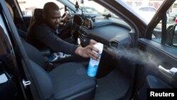 2020年3月9日纽约优步和来福车司机在汽车上喷洒消毒剂。