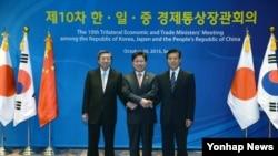 30일 서울에서 열린 '제10차 한·일·중 경제통상장관회의'에서 윤상직 한국 산업통상자원부 장관(가운데), 하야시 모토오 일본경제산업대신(왼쪽), 중산 중국 국제무역협상대표가 기념촬영을 하고 있다.