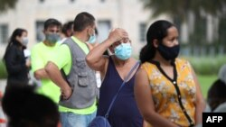 마이애미주 플로리다에서 시민들이 코로나 검사를 받기 위해 대기하고 있다.