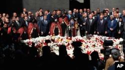 مقام های جمهوری ارمنستان در مراسم یادبود قربانیان کشتار ارامنه توسط ترک های عثمانی در ۱۰۳ سال قبل - ایروان، ۲۴ آوریل ۲۰۱۸
