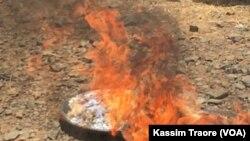 Sept tonnes de drogues brûlées à Dio au Mali, 28 mars 2018. (VOA/Kassim Traore)