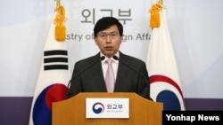 조준혁 한국 외교부 대변인이 24일 서울 외교부 청사에서 북한의 잠수함발사탄도미사일(SLBM) 발사에 대한 논평을 발표하고 있다.