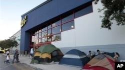 購物者從星期三就開始在佛羅裡達的一家大型電子產品連鎖店外安營紮寨﹐等等黑色星期五的到來。