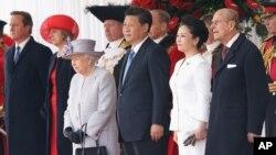 星期二,中國國家主席習近平(中)對英國進行國事訪問﹐受到英女皇夫婦歡迎。