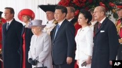 2015年10月20日英国女王伊丽莎白二世(前左), 中国国家主席习近平和夫人彭丽媛在欢迎仪式