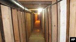 Foto de un tunel de 240 yardas que comunicaba un pequeño negocio en Arizona con una planta de hielo en el lado mexicano de la frontera, el cual fue descubierto en julio de 2012.