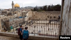 Dos niños judíos observan el Muro Occidental, el sitio sagrado del judaísmo y la Cúpula de la Roca, en el Monte del Templo o Santuario Noble.