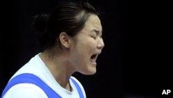 지난 2010년 싱가포르에서 열리 청소년 올림픽에서 북한의 김격황 선수가 63kg급 역기를 들어올리고 있다.