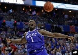 지난 15일 미국 노스캐롤라이나주 샬럿에서 열린 NCAA 남자 농구경기에서 듀크의 자이언 윌리엄슨 선수가 덩크슛을 한 후 환호하고 있다.