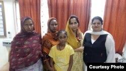 بھارتی جیل میں قید دونوں پاکستانی خواتین اور بچی کی پاکستانی قونصلر اور بھارت سماجی رضاکار کے ہمراہ تصویر