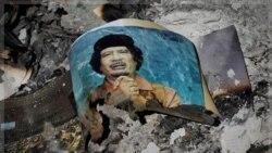 تصویر قذافی در میان خاکستر در سرت. ۱۲ اکتبر ۲۰۱۱