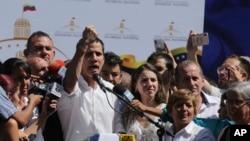 Le président de l'Assemblée nationale du Venezuela, Juan Guaido, présente les marques de menottes sur ses poignets à ses patisans.
