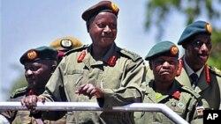 Presiden Uganda Yoweri Museveni (depan) melakukan inspeksi terhadap pasukan Uganda di kota Soroti (foto: dok). Pasukan Uganda membantu militer Sudan Selatan dalam pertempuran dengan pemberontak.