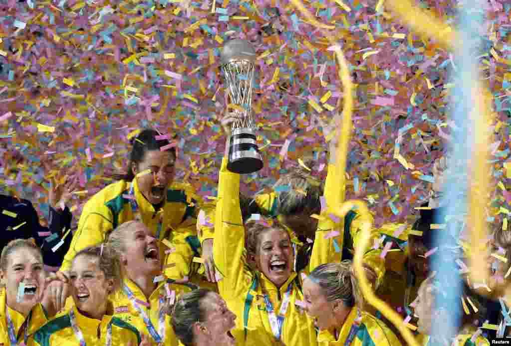សមាជិករបស់ក្រុមអូស្រា្តលីអបអរសារទរ បន្ទាប់ពីបានឈ្នះពានរង្វាន់ Netball World Cup នៅវគ្គផ្តាច់ព្រ័ត ដោយបានយកឈ្នះលើប្រទេសនូវែលសេឡង់ នៅក្នុងទីក្រុងស៊ីដនី ប្រទេសអូស្ត្រាលី។