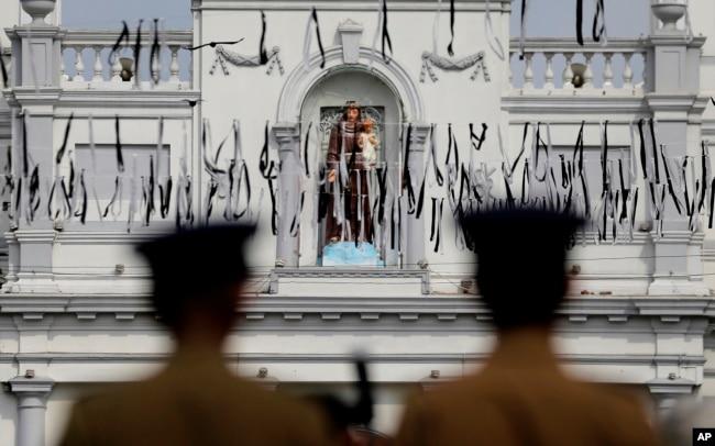 La policía de Sri Lanka resguarda el área alrededor del Santuario de San Antonio, blanco de los ataques del Domingo de Pascua, en Colombo. Abril 28 de 2019.