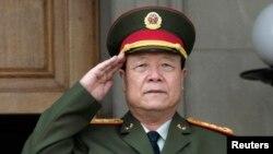 中共中央军委原副主席郭伯雄2006年7月18日在美国五角大楼参加会议前演奏中国国歌的仪式上敬礼(资料照片)