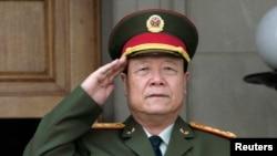中共中央军委原副主席郭伯雄2006年7月18日在美国五角大楼参加会议前演奏中国国歌的仪式上敬礼。 (资料照片)