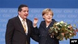 CDU genel başkanlığına yeniden seçilen Almanya Başbakanı Angela Merkel, kurultayın yapıldığı Baden-Württemberg eyaleti Başbakanı Stefan Mappus'tan çiçek alırken