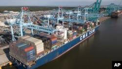 지난 5월 미국 버지니아 노폭 항에 중국 컨테이너선이 정박해있다.