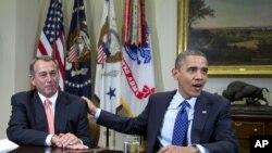 Serok Barack Obama (rast) ligel Serokê Kongirêsê John Boehner (çep).