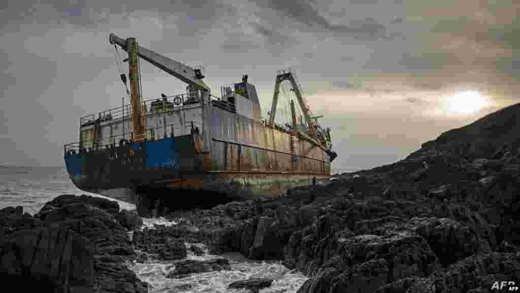 아일랜드 코크의 발리코튼 마을 인근 해변에 버려진 70m 길이의 선박 'MV알타'.