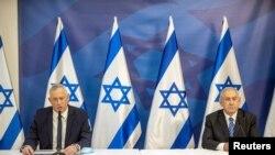 بنیامین نتانیاهو، نخست وزیر اسرائیل، در تل آویو به صحبتهای بنی گانتس، وزیر دفاع اسرائیل، گوش میدهد. ۲۷ ژوئیه ۲۰۲۰