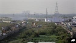 一台推土机为世界文化节的举办在亚穆纳河畔作业。摄于2016年3月9日。