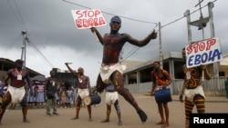 Para seniman melakukan atraksi untuk kesadaran terhadap ebola di sekolah Anono di Abidjan (25/9/2014).