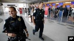 La policía del Puerto de San Diego, California, patrulla el aeropuerto en San Diego, en anticipación a la celebración del Día de la Independencia.
