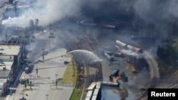 Khu vực trung tâm thị trấn Lac Megantic bị san thành bình địa khi nhiều toa xe lửa chở dầu phát nổ và bốc cháy.