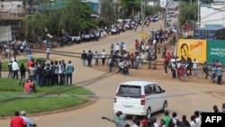 Une foule s'assemble après qu'un nouveau massacre de paysans a été perpétré par des combattants supposés être au mouvement rebelle ougandais des Forces démocratiques alliées (ADF),mardi 12 mai 2015, à Beni, dans la province du Nord-Kivu