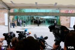 Press gather outside the Palais Coburg Hotel ahead of Iran nuclear talks, Vienna, Austria, June 27, 2015. (Brian Allen/VOA)