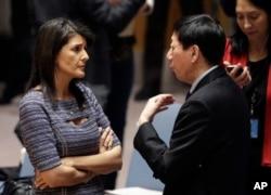 美國常駐聯合國代表妮基·黑利與中國常駐聯合國副代表吳海濤在聯合國總部交談。 (2017年12月22日)