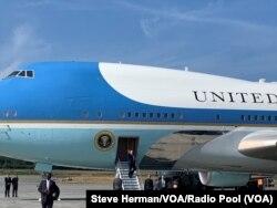 هواپیمای اختصاصی رئیس جمهوری آمریکا صبح پنجشنبه به وقت ژاپن وارد شهر بندری اوزاکا شد.