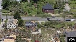 Samo kroz gradić Cullman u Alabami protutnjalo je preko 10 žestokih tornadoa, uništavajući sve pred sobom.