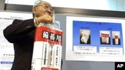 Satoshi Kurosaki, un ejecutivo de la industria del papel higiénico muestra la urgente necesidad de almacenar este tipo de papel ante una emergencia.