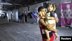 Anak-anak pengungsi Suriah menunggu kedatangan utusan PBB-Liga Arab untuk Suriah, Lakhdar Brahimi di kemah penampungan pengungsi di kota Altinozu propinsi Hatay di perbatasan Turki (Foto: dok).