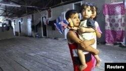 Trẻ em tị nạn Syria chờ đón Ðặc sứ chung của Liên hiệp quốc và Liên đoàn Ả Rập Lakhdar Brahimitại tại trại tị nạn Altinozu ở thị trấn biên giới Thổ Nhĩ Kỳ, ngày 18/9/2012