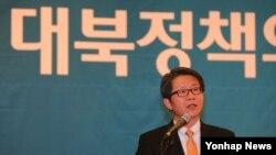 류길재 한국 통일부 장관이 2일 국회도서관 대강당에서 국회입법조사처 주최로 열린 '지속가능한 대북정책의 모색' 토론회에서 축사하고 있다.