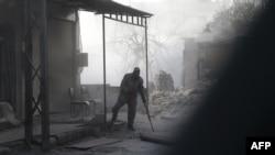 Un blessé syrien suite aux bombardements du gouvernement sur la ville de Hamouria, dans la région de la Ghouta orientale assiégée à la périphérie de la capitale Damas le 5 mars 2018.