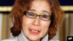 مادر کنجی گوتو روزنامه نگار ژاپنی که در گروگان داعش است، در کنفرانس خبری. توکیو، ۲۳ ژانویه ۲۰۱۵