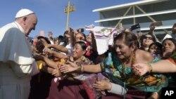 15일 멕시코 빈곤 지역인 치아파스 주를 방문한 프란치스코 로마 가톨릭 교황이 가톨릭 신자들의 환영을 받고 있다.