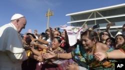 Le pape François salue des fidèles à San Cristobal de las Casas Mexique, 15 février 2016.