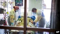 Số ca nhiễm, nhập viện, tử vong vì COVID-19 ở Mỹ đang giảm.